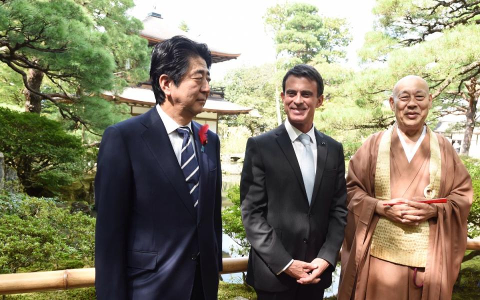 Manuel Valls et son homologue japonais dans les jardins du Pavillon d'argent à Kyoto