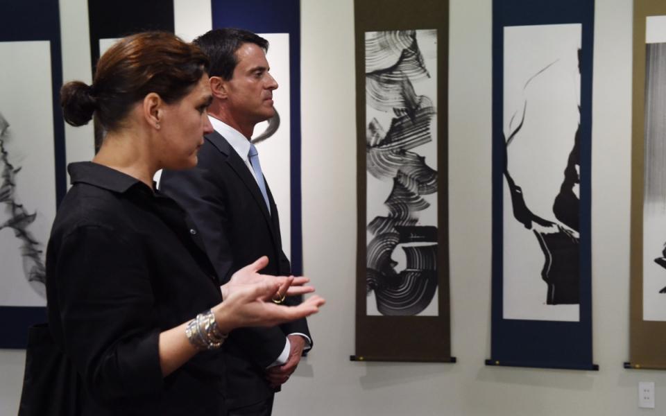 Manuel Valls visite l'exposition de Manuela Paul-Cavalier au musée Hakusa Sonsô à Kyoto
