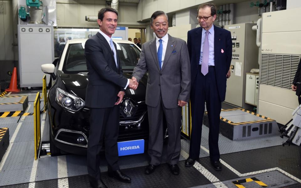 Manuel Valls visite l'entreprise Horiba spécialisée dans les instruments de mesure