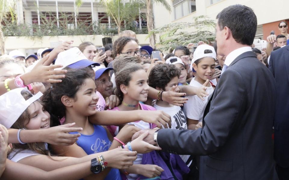 Manuel Valls rencontre des jeunes lors de l'inauguration du lycée français du Caire