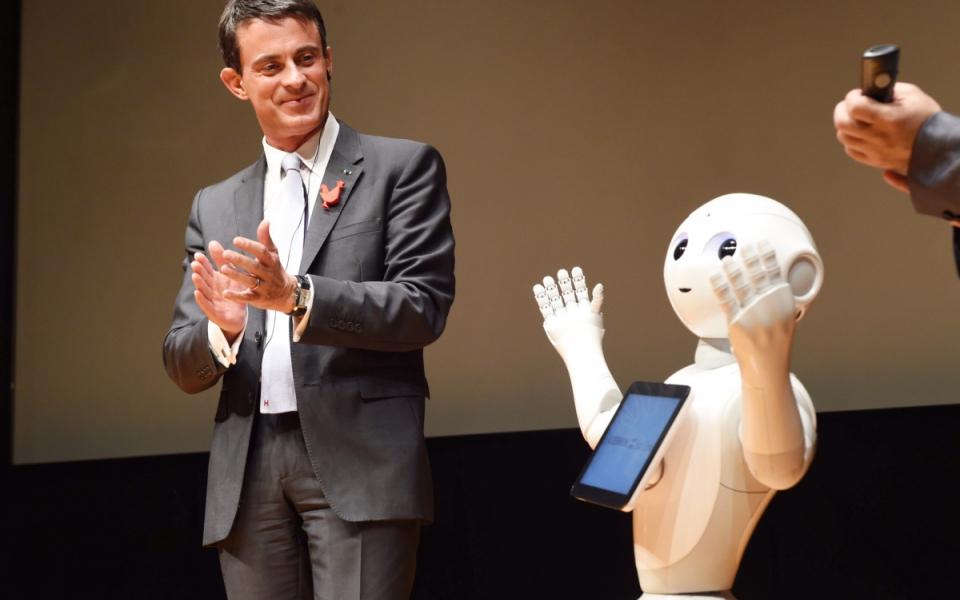 Manuel Valls visite l'exposition de technologies françaises