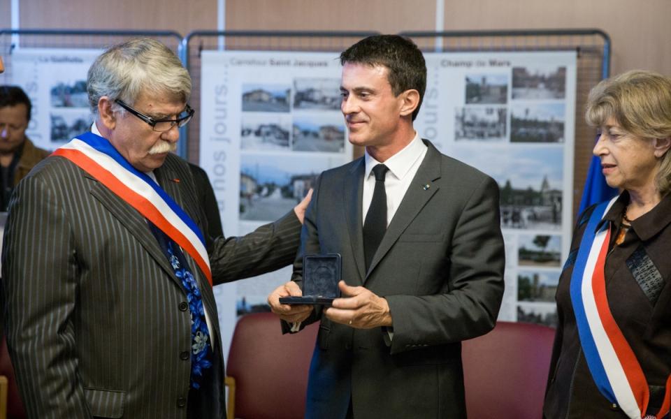 Manuel Valls remet une décoration au maire de Moirans