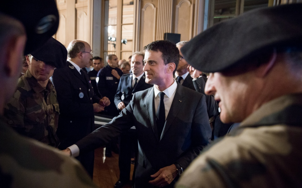 Manuel Valls rencontre les forces de l'ordre à la préfecture de l'Isère