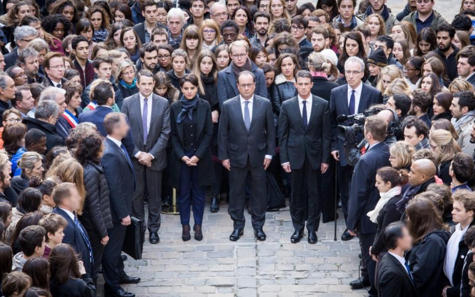 Manuel Valls rend hommage aux victimes des attentats du 13 novembre, à la Sorbonne