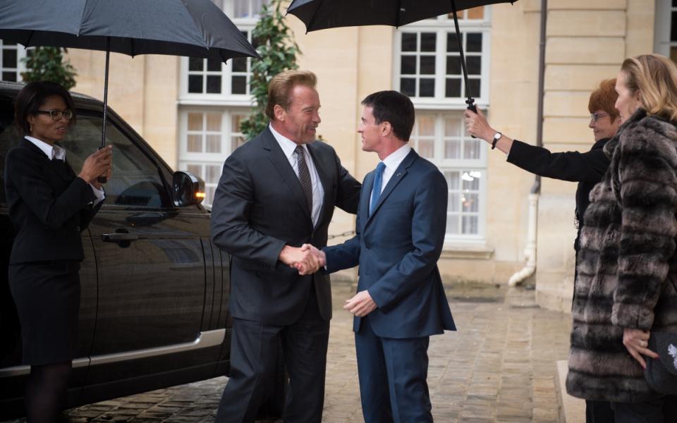 Manuel Valls accueille Arnold Schwarzenegger à l'Hôtel de Matignon