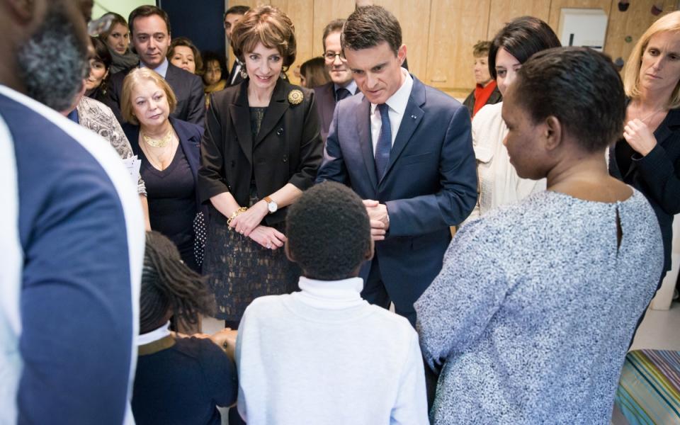 Manuel Valls rencontre les familles accueillies au Centre d'hébergement hivernal de la Croix Rouge