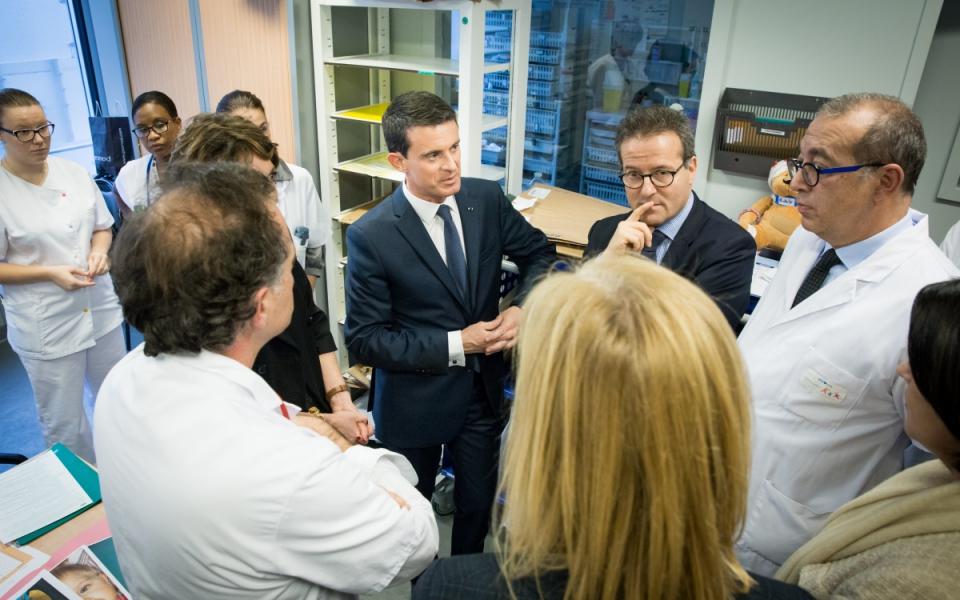 Manuel Valls rencontre le personnel soignant de l'hôpital Necker