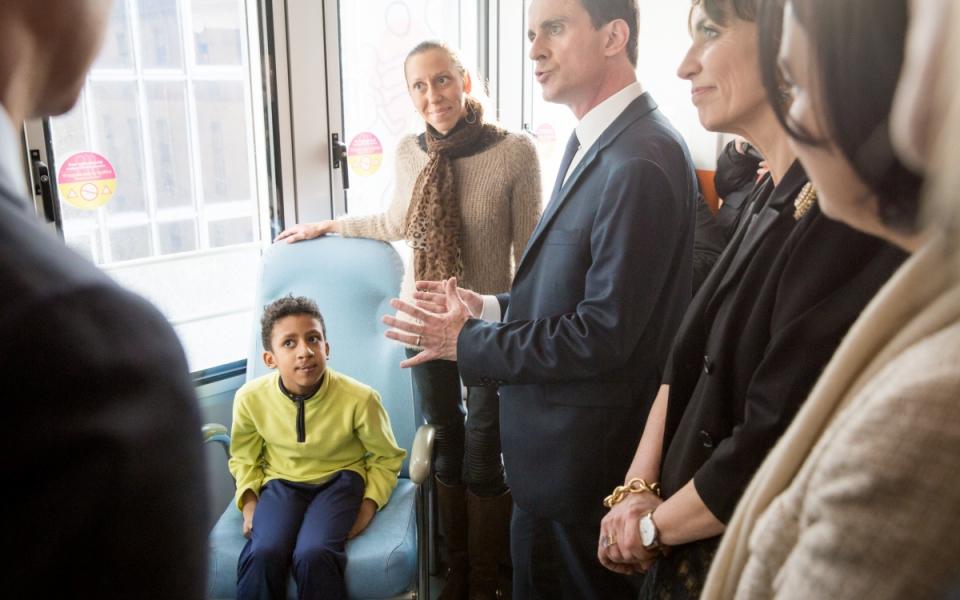 Manuel Valls et une famille à l'Hôpital Necker