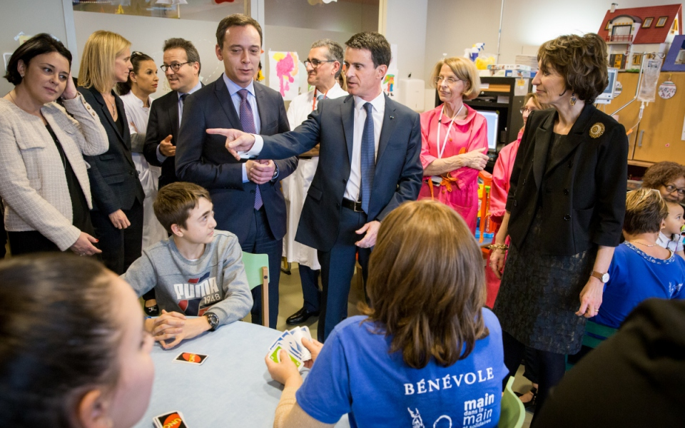 Manuel Valls rencontre les bénévoles à l'Hôpital Necker