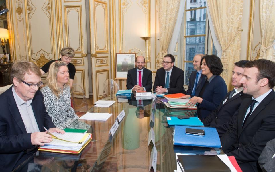 Manuel Valls s'entretient avec Carole Couvert, présidente de la CFE-CGC