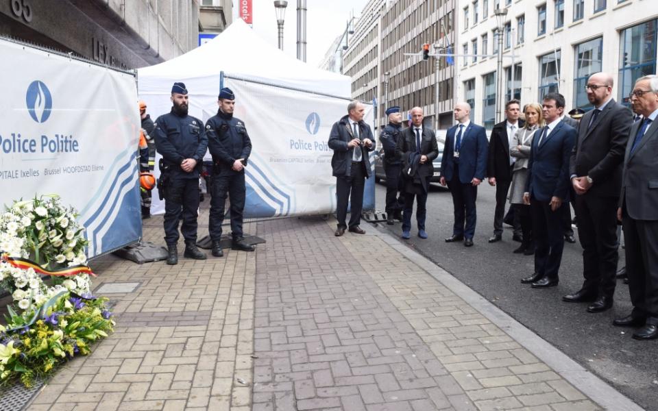 Manuel Valls, Charles Mich et Jean-Claude Juncke déposent une gerbe devant la station de métro Maelbeek