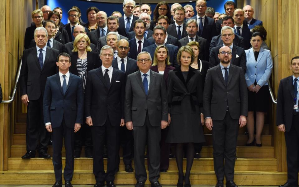 Le Roi et la Reine des Belges, Philippe et Mathilde, Jean-Claude Juncker, Charles Michel et Manuel Valls, lors de la minute de silence dans le bâtiment de la Commission européenne.