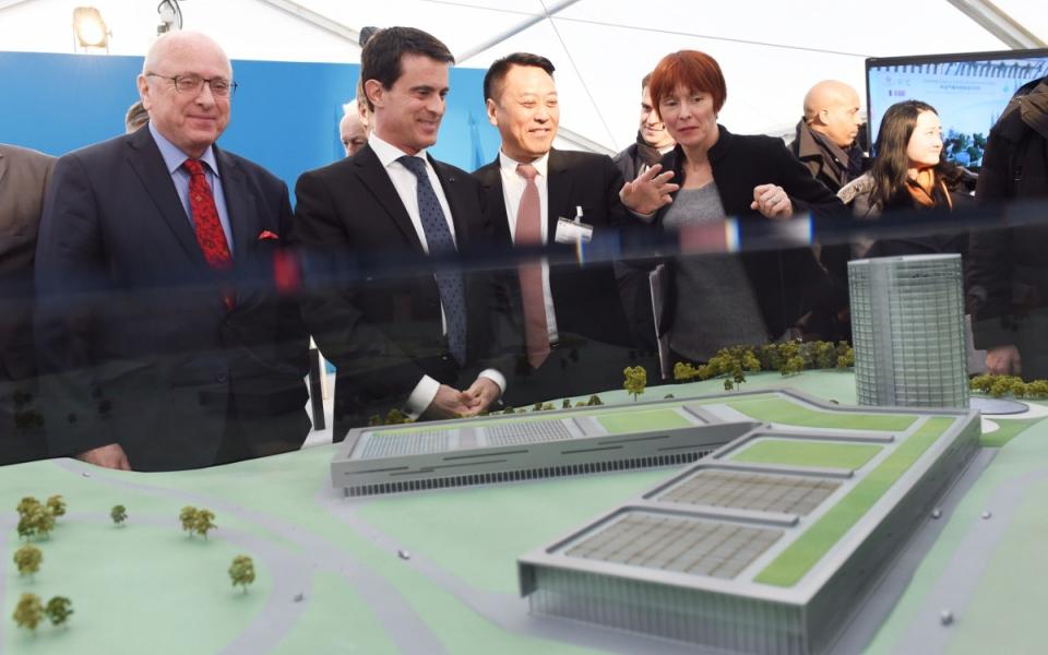 Manuel Valls lors de la présentation de la maquette de l'entreprise de diodes d'INESA