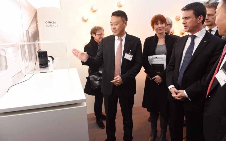Manuel Valls lors de la présentation de l'entreprise de diodes d'INESA