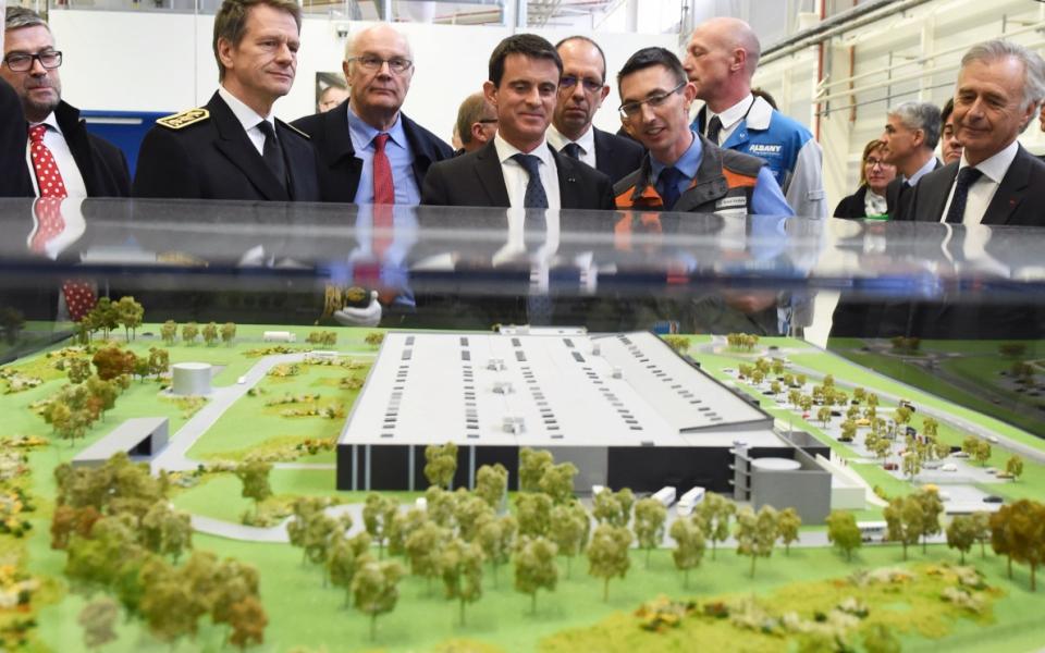 Manuel Valls lors de la présentation de l'entreprise Albany/Safran