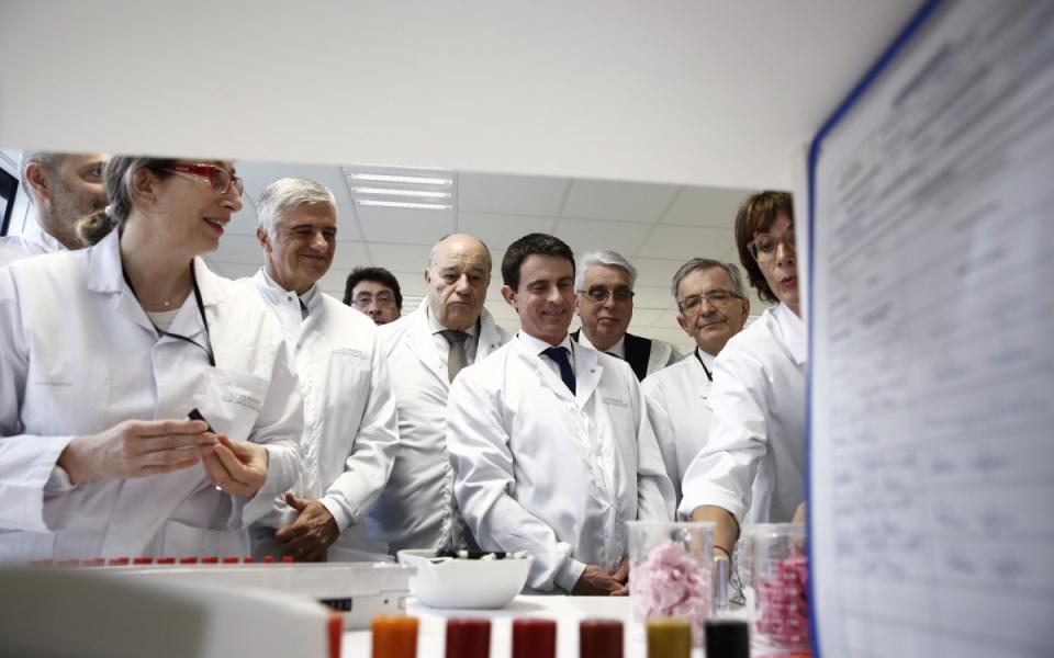 Manuel Valls visite le centre de recherche Héliopolis LVMH à Saint-Jean-de-Braye