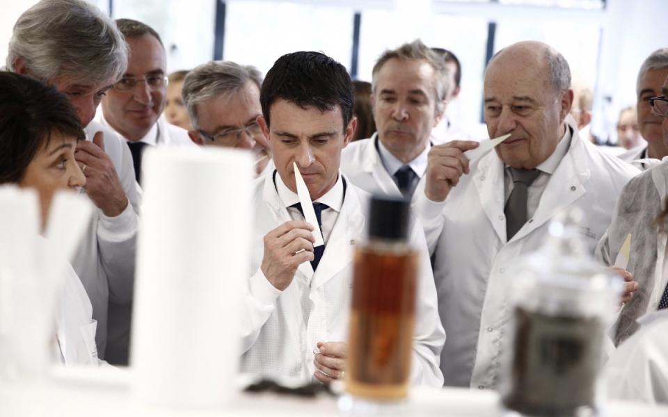 Manuel Valls visite le centre de recherche Héliopolis LVMH