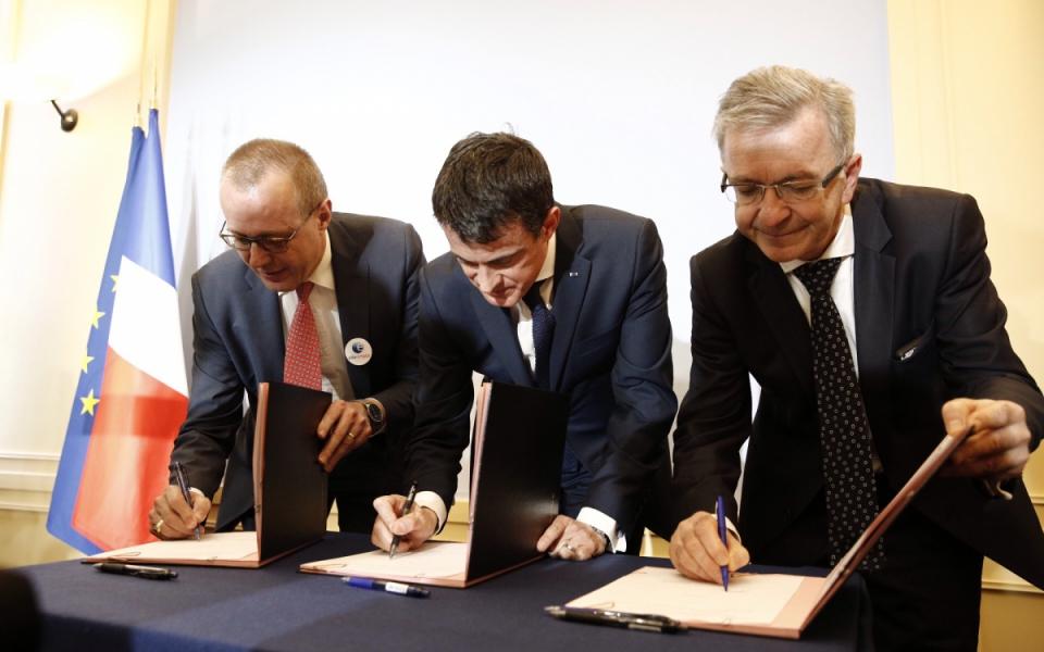 Manuel Valls lors de la signature d'un protocole sur les conditions d'expérimentation de la loi NOTRe entre la région et Pôle Emploi, à la préfecture de région d'Orléans
