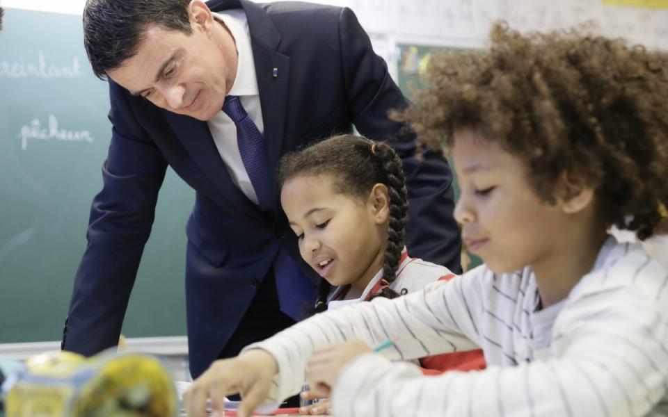 Manuel Valls visite une école élémentaire de Mantes-la-Jolie