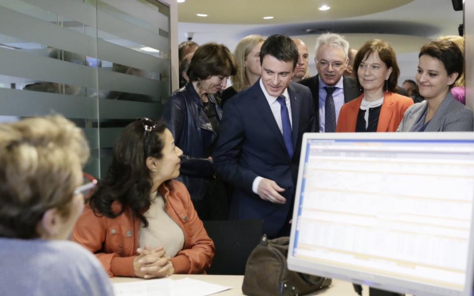 Manuel Valls rencontre les agents d'une agence de la Caisse d'allocations familiales des Yvelines, accompagné de Marisol Touraine, Ségolène Neuville, Laurence Rossignol et Najat Vallaud-Belkacem