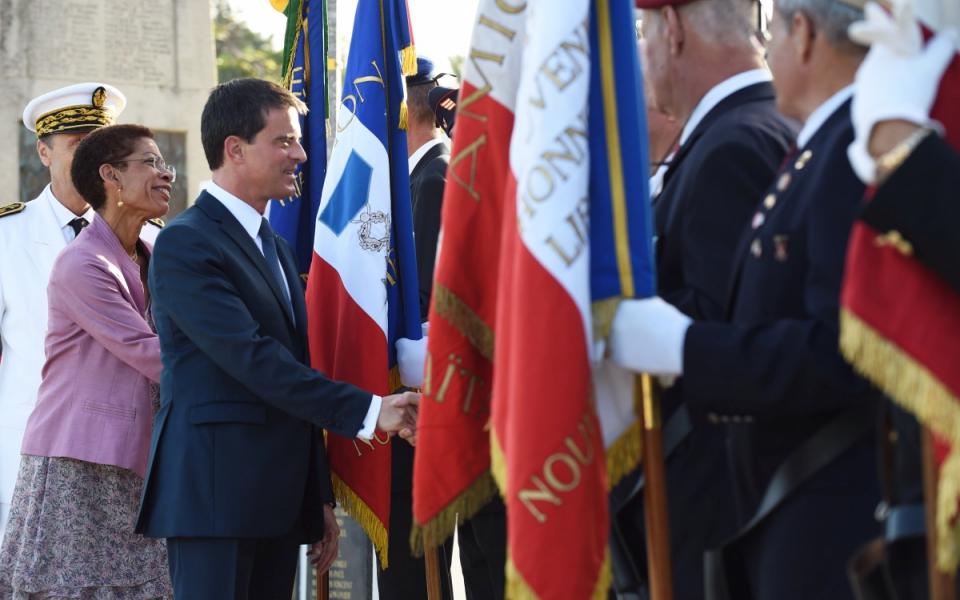 Manuel Valls arrive au monument aux morts de Nouméa