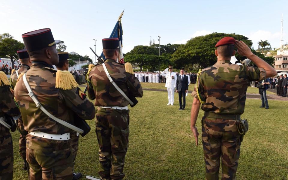 Manuel Valls au monument aux morts de Nouméa