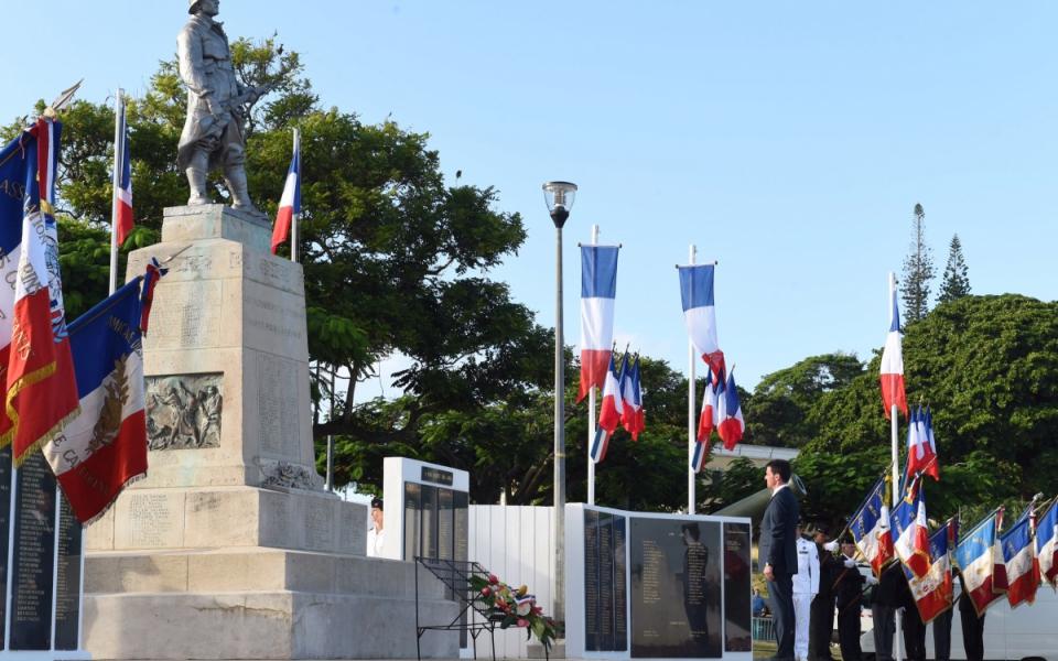 Manuel Valls dépose une gerbe au monument aux morts de Nouméa