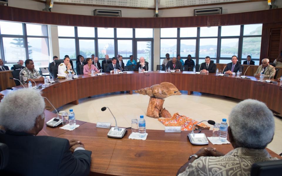 Manuel Valls échange avec les sénateurs dans l'hémicycle