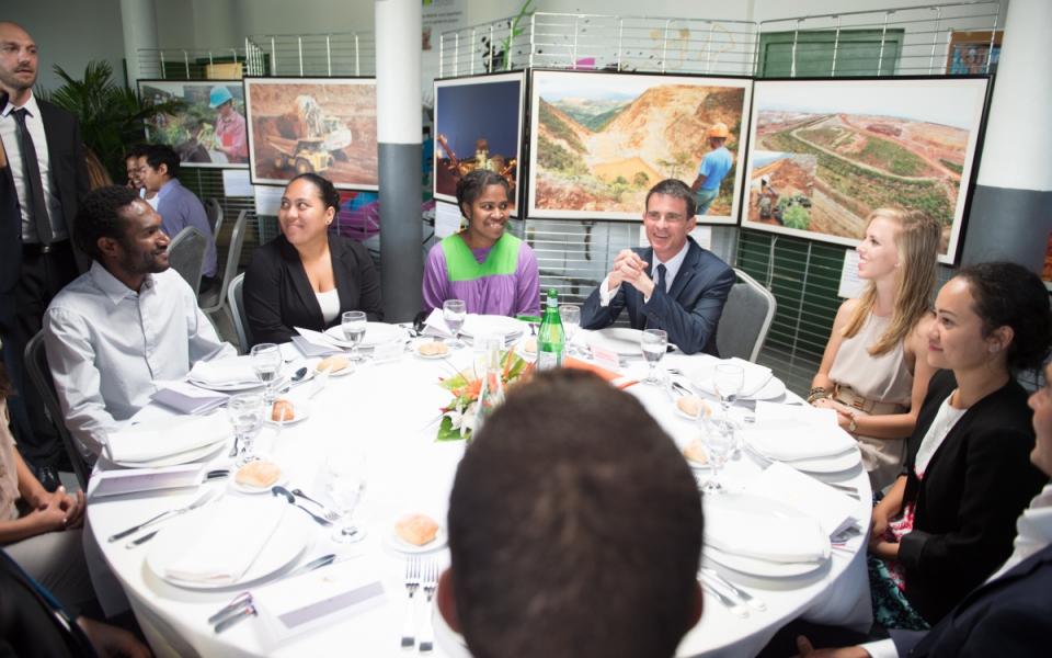 Manuel Valls déjeune avec les étudiants de l'université de Nouméa