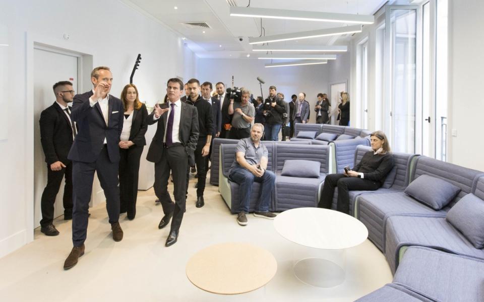 Manuel Valls visite les bureaux de Twitter France