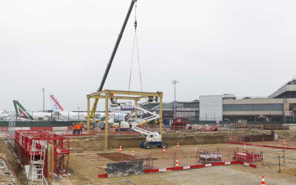 Pose de la première charpente du bâtiment de jonction reliant les aérogares Sud et Ouest de l'aéroport de Paris-Orly