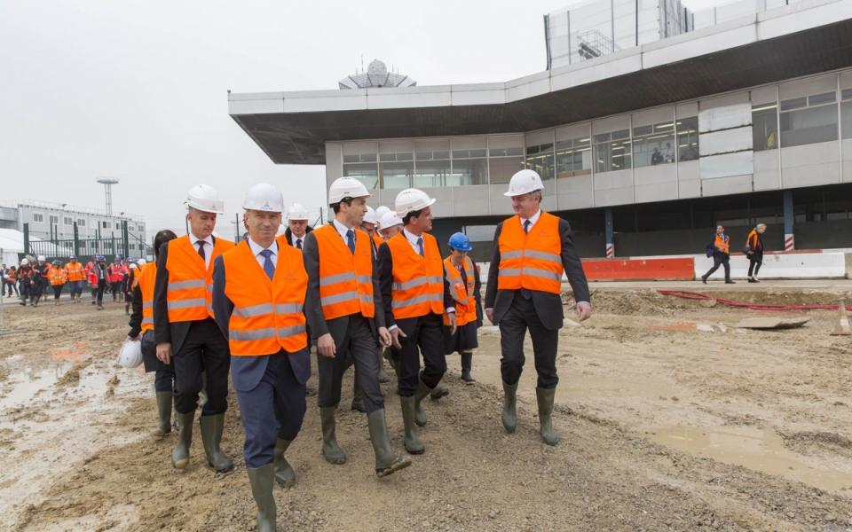 Manuel Valls visite le chantier du bâtiment de jonction reliant les aérogares Sud et Ouest de l'aéroport de Paris-Orly