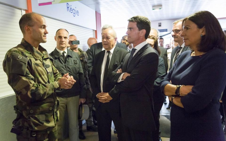 Manuel Valls visite l'îlot Saint-Germain, en présence d'Anne Hidalgo, Emmanuelle Cosse et Christian Eckert
