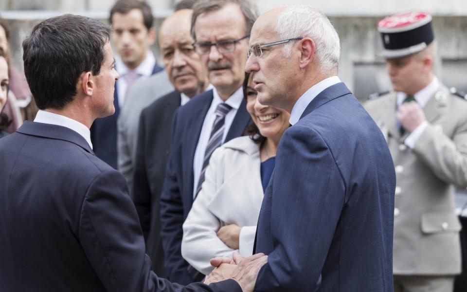 Manuel Valls et Thierry Repentin, délégué interministériel à la mixité sociale dans l'habitat, lors du déplacement à l'Îlot Saint-Germain (Paris) sur le thème du logement social