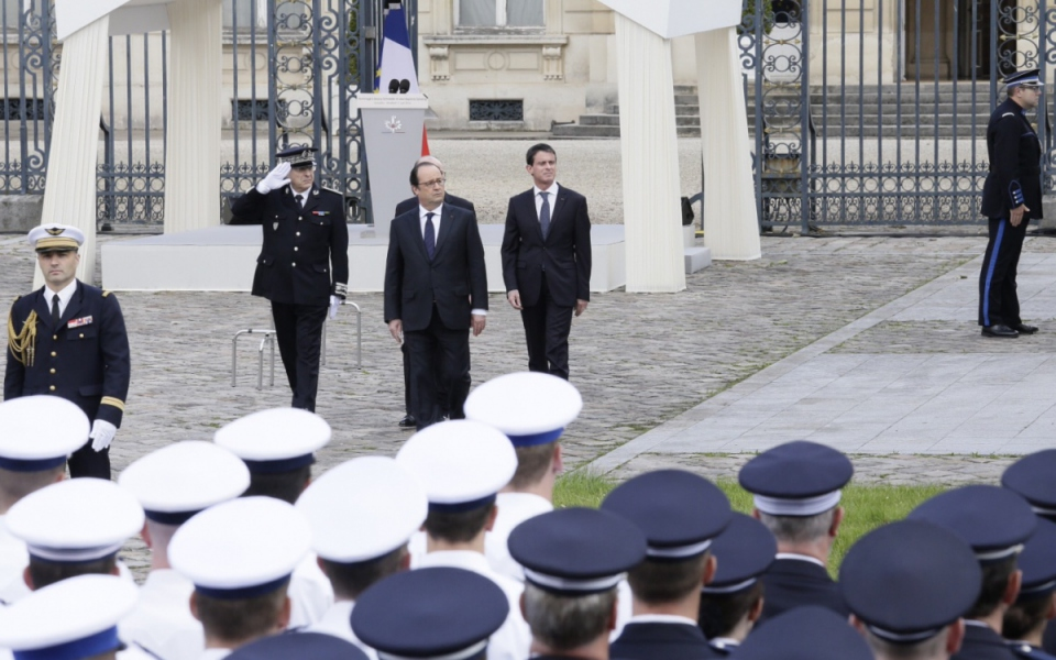 François Hollande et Manuel Valls lors de la cérémonie d'hommage aux deux policiers tués à Magnanville