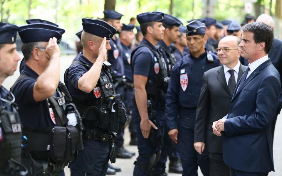 Manuel Valls et Bernard Cazeneuve rencontrent les forces de sécurité et de secours déployées sur le Champs-de-Mars dans le cadre de l'Euro 2016
