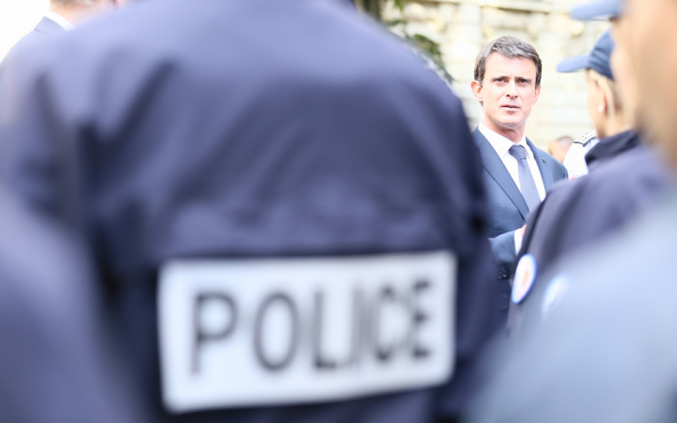 Manuel Valls avec les forces de sécurité et de secours déployées sur le Champs-de-Mars dans le cadre de l'Euro 2016