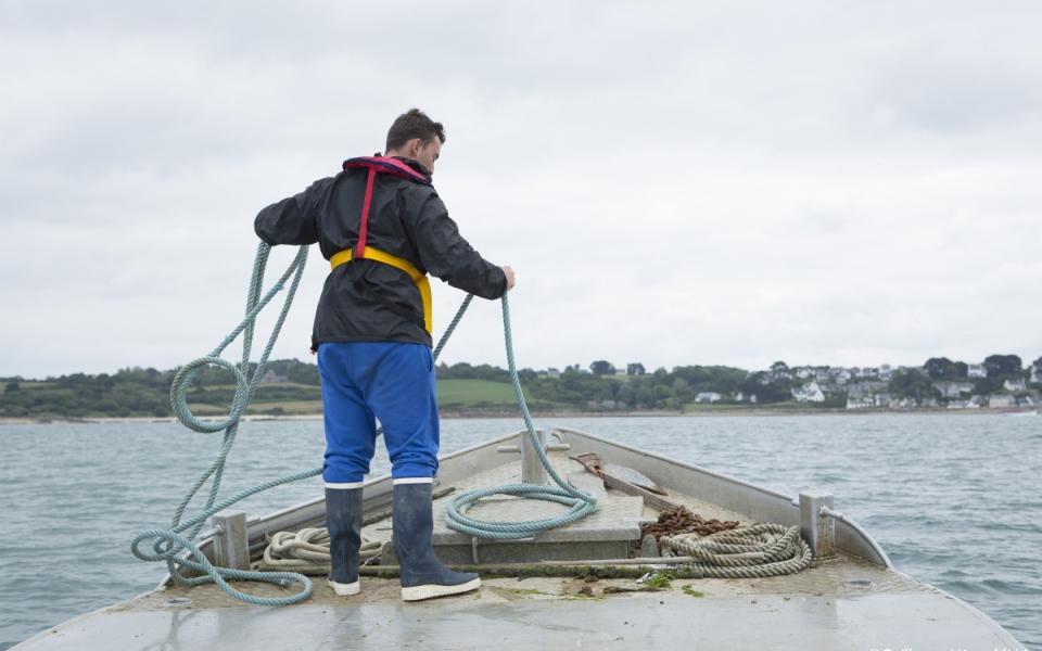 Paul, apprenti ostréiculteur, sur un chaland en baie de Morlaix