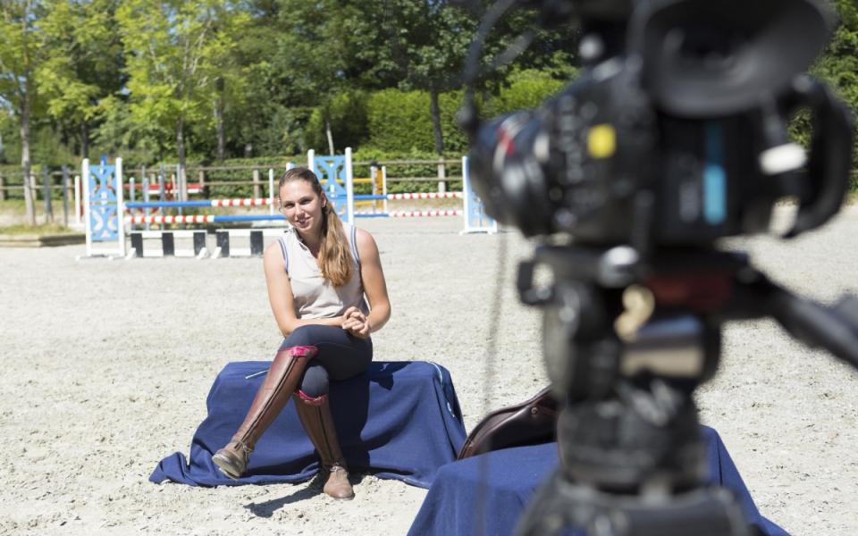 """Sur le tournage de """"Génération Apprenti(e)s"""" avec Mathilde, apprentie entraîneur équestre dans une écurie de compétition."""