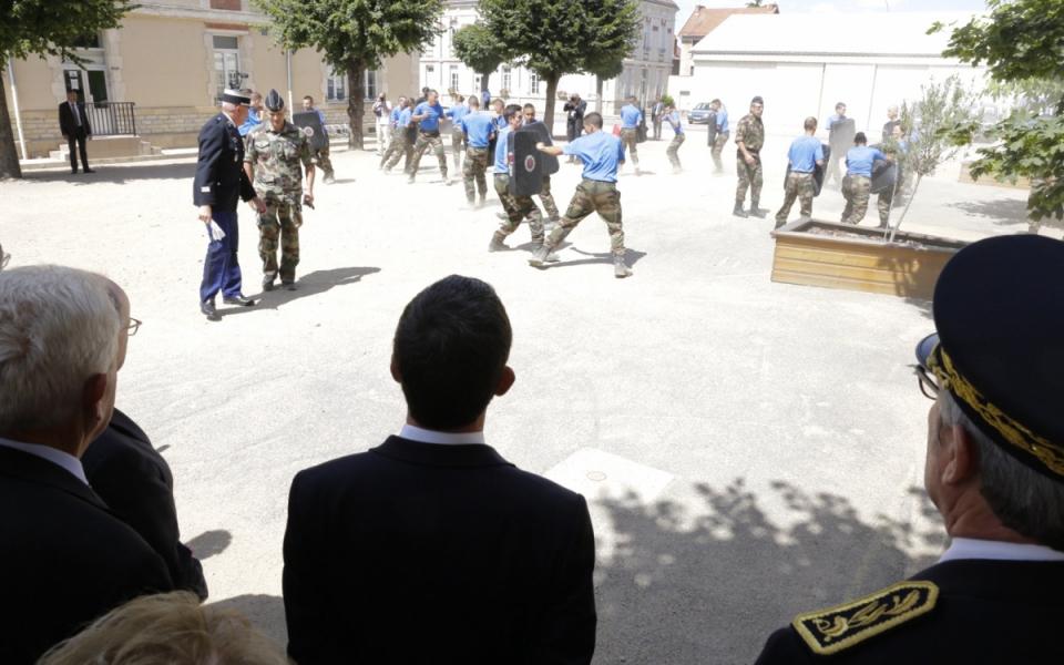 Manuel Valls assiste à l'entraînement quotidien des futurs réservistes de la gendarmerie