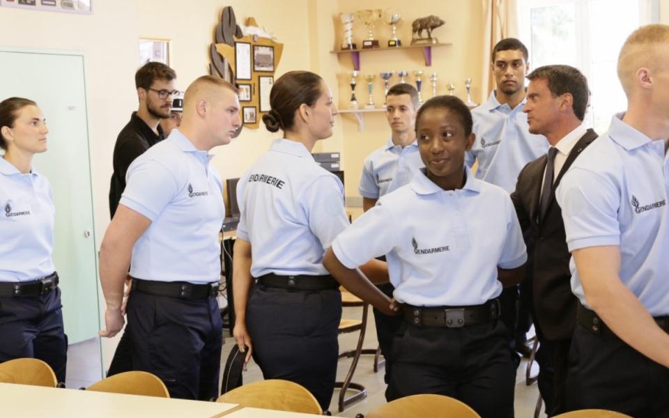 """""""Depuis le 16 juillet, 2 500 concitoyens ont fait savoir leur volonté de servir dans la réserve de la gendarmerie ; près de 1 000 seront entrés en formation PMG (préparation militaire gendarmerie) d'ici au 31 août"""", s'est félicité le Premier ministre"""