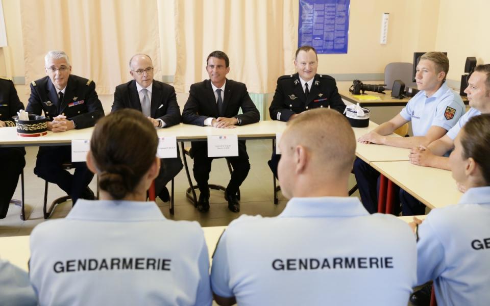 Manuel Valls et Bernard Cazeneuve s'entretiennent avec les réservistes