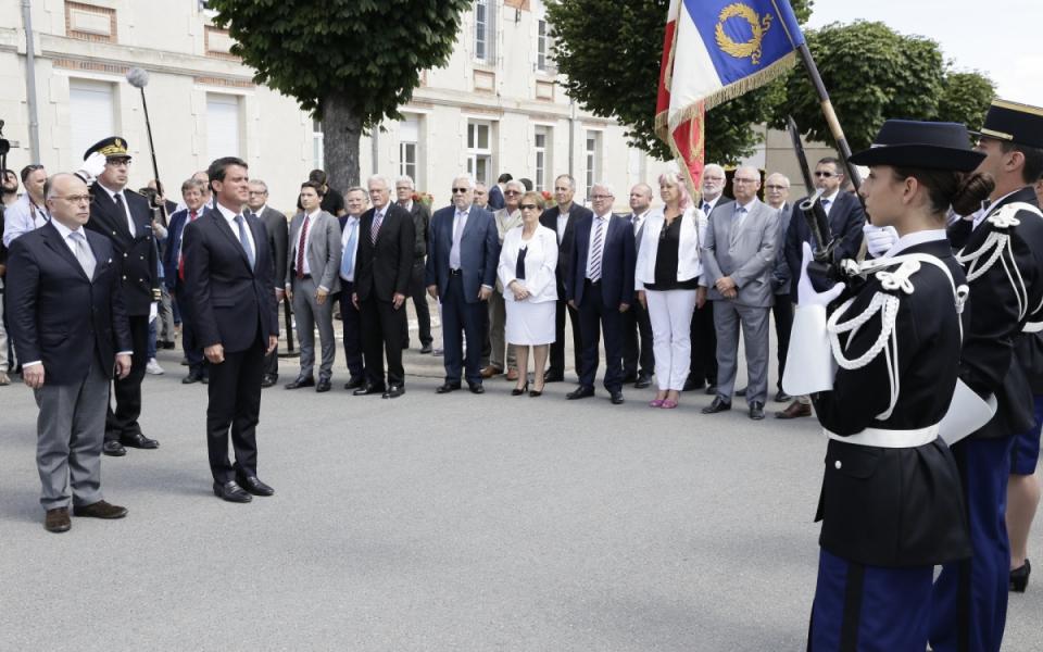 Manuel Valls est accueilli à l'école de gendarmerie de Montluçon, accompagné de Bernard Cazeneuve