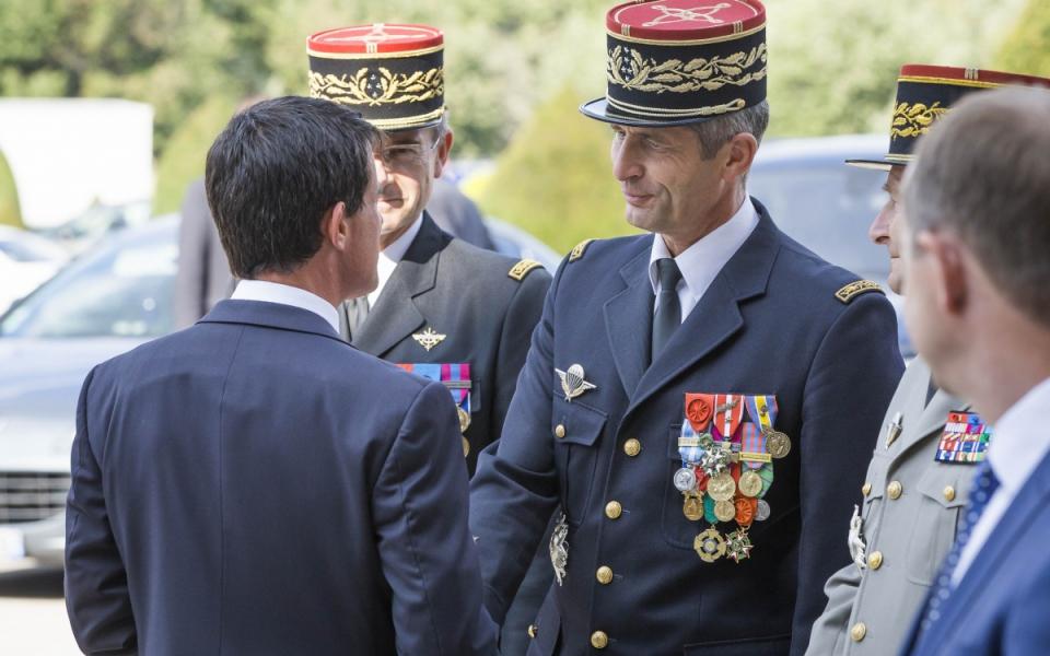Manuel Valls salue le général d'armée Denis Favier.