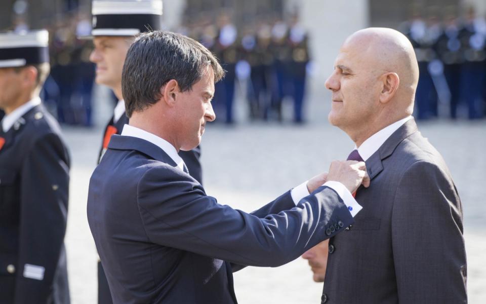 Le Premier ministre remet une décoration lors de la cérémonie d'adieu aux armes du général d'armée Denis Favier.