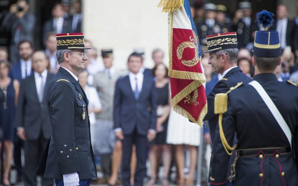 Le général Favier a remis le drapeau de la gendarmerie nationale au général de corps d'armée Richard Lizurey, son successeur.