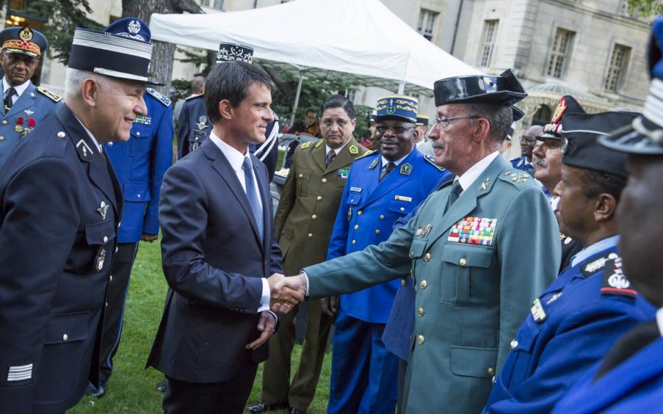 Manuel Valls lors de la cérémonie d'adieu aux armes du général d'armée Denis Favier.