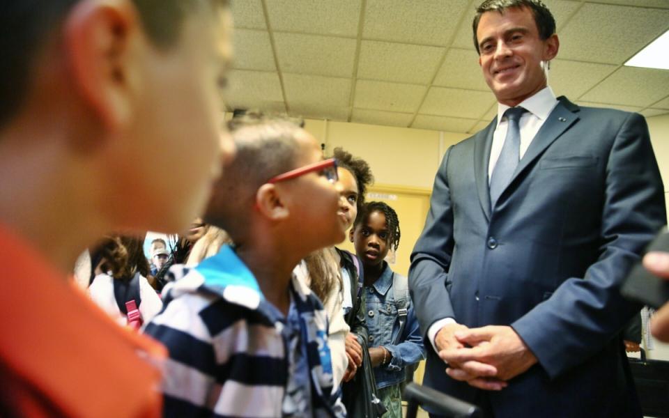 Le Premier ministre en conversation avec les élèves