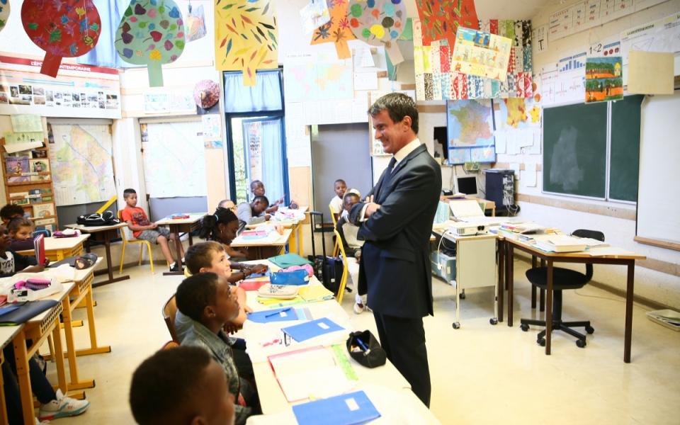 Manuel Valls devant une classe à Evry