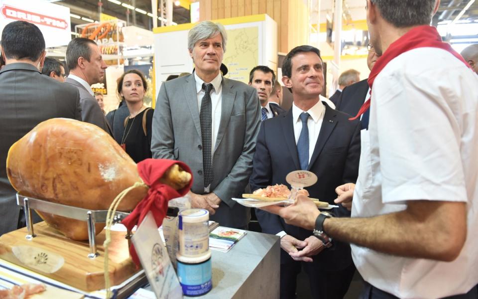 Manuel Valls sur le stand d'une entreprise française d'agroalimentaire